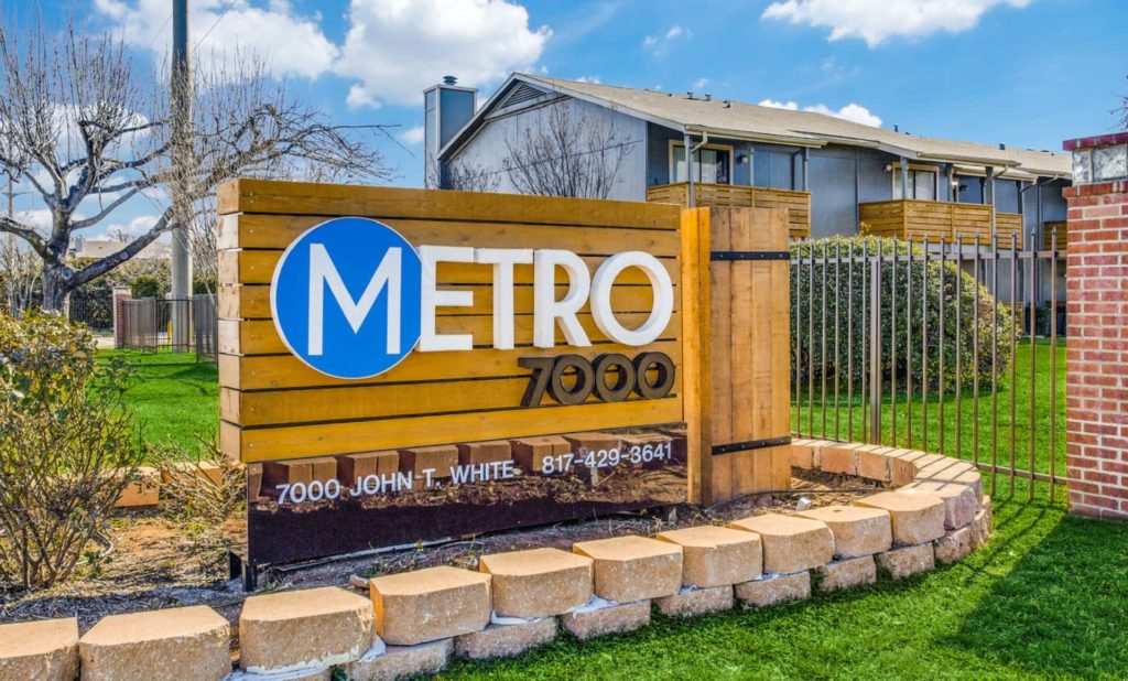Metro 7000 sign in front of apartment complex.